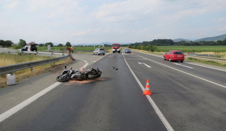 Řidička přehlédla motorkáře na hlavní silnici. Po střetu skončil v nemocnici