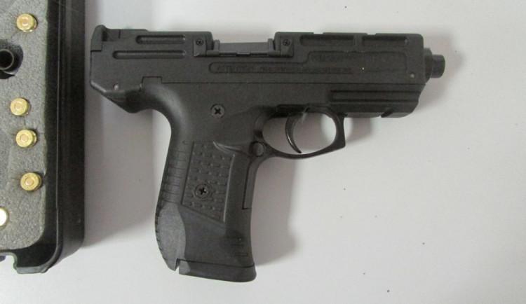 Muž, který střílel z pistole, nadýchal dvě promile. Policie mu zbraň zabavila