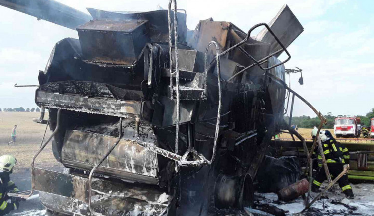 Hasiči likvidovali požár kombajnu na poli u Lipníka nad Bečvou