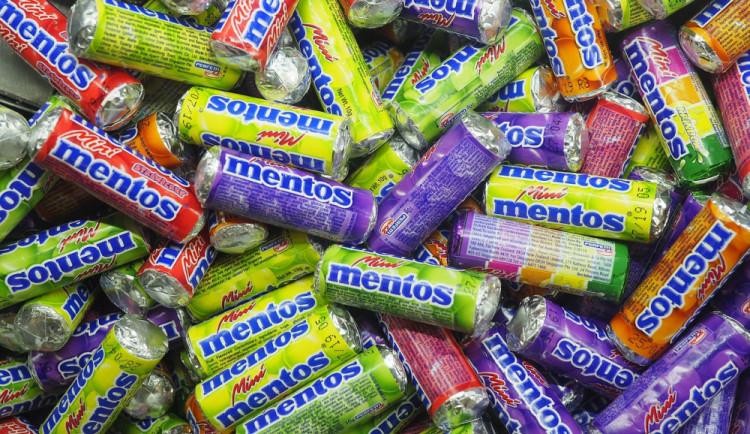 Zloděj sebral z nákladové rampy supermarketu stovky balení bonbonů