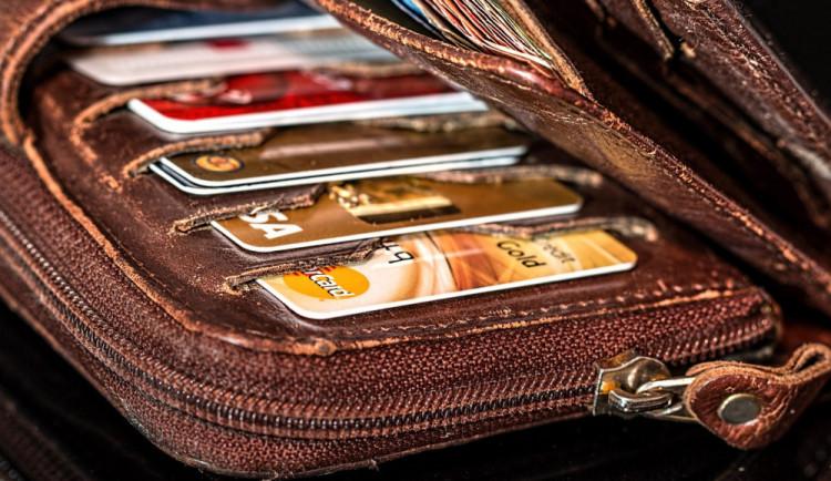 Z neuzamčeného auta zloděj sebral dvě peněženky. Majitelé přišli o doklady, peníze a platební karty