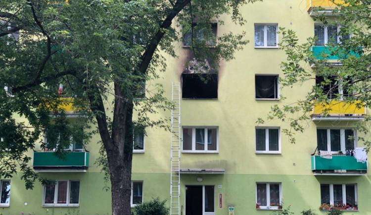 FOTO/VIDEO: Šestnáct evakuovaných a škoda přes milion. Plameny zničily byt