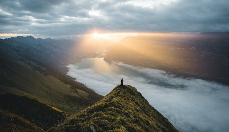 POČASÍ NA ČTVRTEK: Ráno budou mlhy, přes den jasno až polojasno