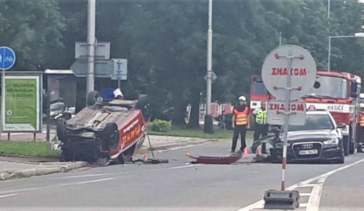 AKTUALIZOVÁNO: Při nehodě dvou osobních aut zůstala v havarovaném autě zaklíněná osoba