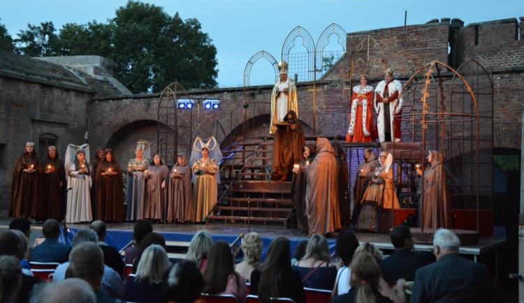 Moravské divadelní léto nabídne pod širým nebem Starce na chmelu nebo Noc na Karlštejně