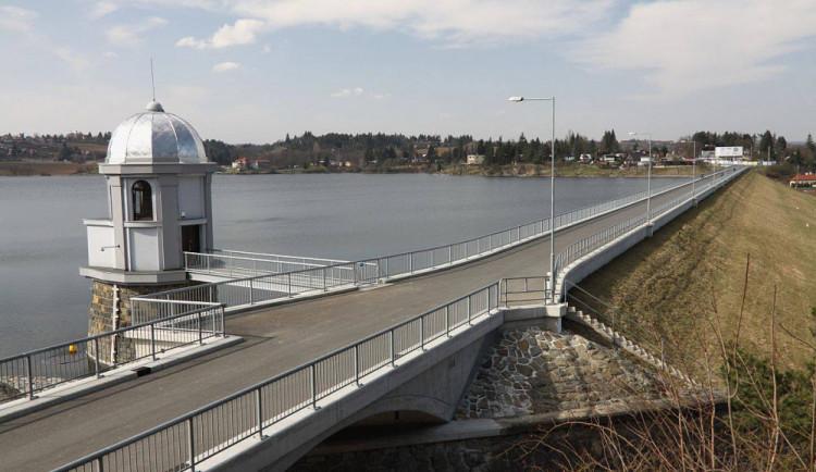 V Plumlovské přehradě jsou sinice. Voda na Poděbradech zůstává čistá