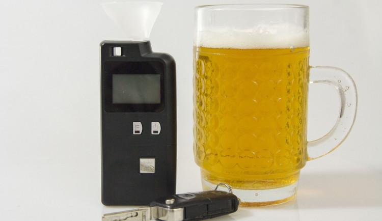 Opilý muž nasedl do auta a odjel pryč. Strážníci ho zastavili, nadýchal 2,84 promile