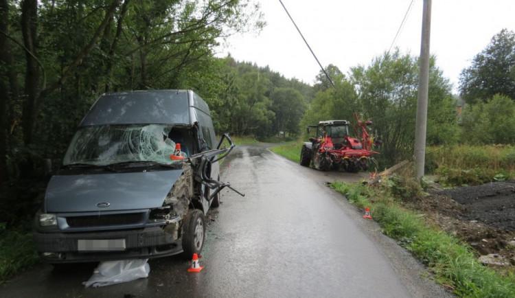 Opilý řidič traktoru, který neměl řidičák, naboural do dodávky. Traktoru navíc chyběla poznávací značka