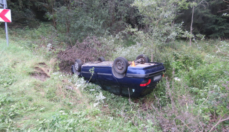 Řidič se 4,6 promile alkoholu v krvi jel rychle a havaroval. Do nemocnice byl letecky transportován