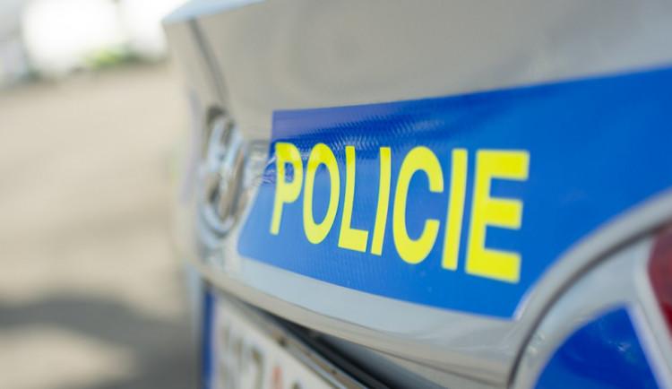 Osmnáctiletý mladík v Zábřehu poškodil pět aut. Vyřádil se na zrcátkách, stěračích i kapotě