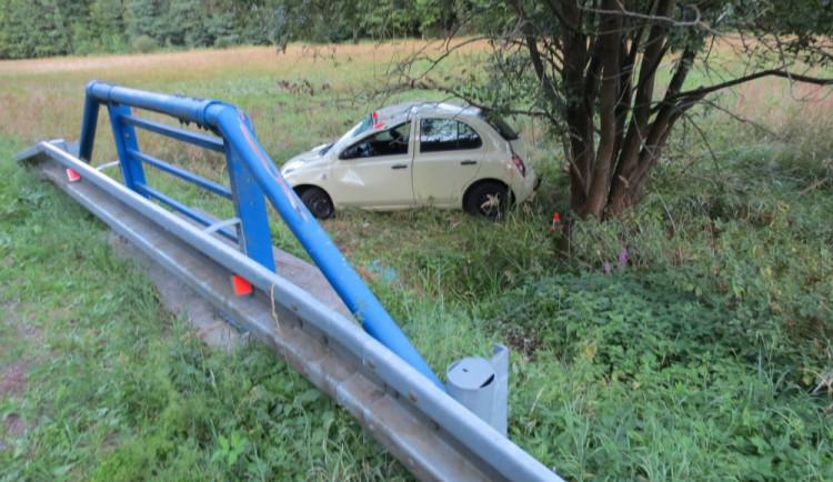 Senior se během řízení sehnul pro mobil, který mu upadl. Poté co havaroval, ho do nemocnice přepravil vrtulník