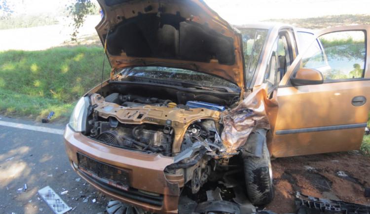 Řidič při předjíždění skupinky chodců přejel do protisměru a naboural do Opelu. Čtyři lidi skončili v nemocnici