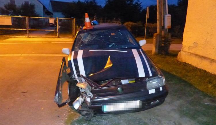 Mladík havaroval s autem, které nebylo jeho. Navíc nevlastní řidičák a auto nemělo technickou