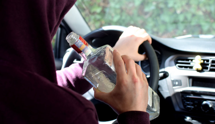 Muž pil až do rána a pak řídil. Nadýchal dvě a půl promile a přišel o řidičák