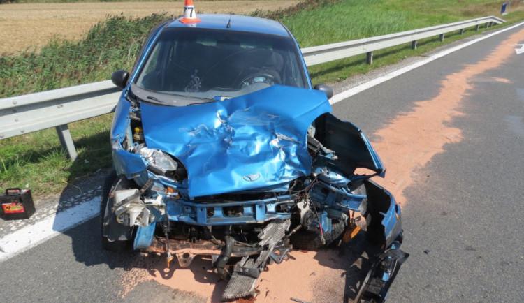 Řidič při odbočování nedal přednost náklaďáku a došlo k nehodě. Vznikla škoda za sto tisíc