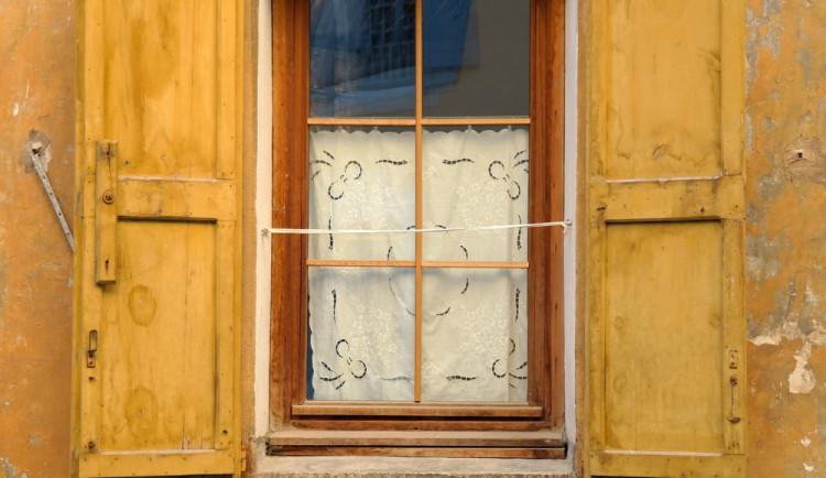 Zloděj vlezl oknem do restaurace, ze které si odnesl mobily i cigarety