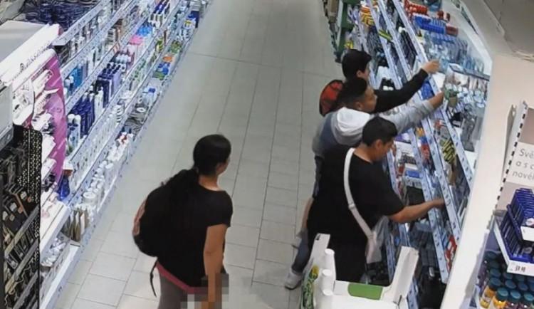 VIDEO: Skupina osob ukradla věci za 36 tisíc. Pátrá po nich policie