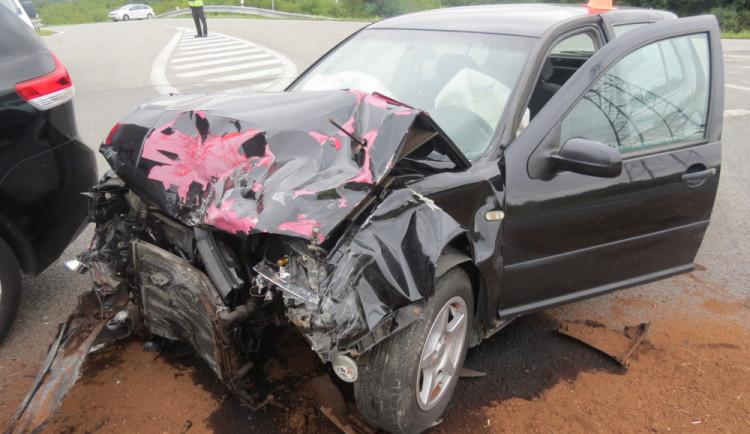 Nehoda dvou aut si vyžádala zranění šesti osob a škodu za sto osmdesát tisíc