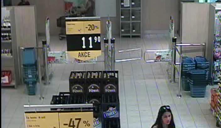 FOTO: Policie žádá veřejnost o pomoc s identifikací žen, které by mohly pomoci s objasněním případu krádeže
