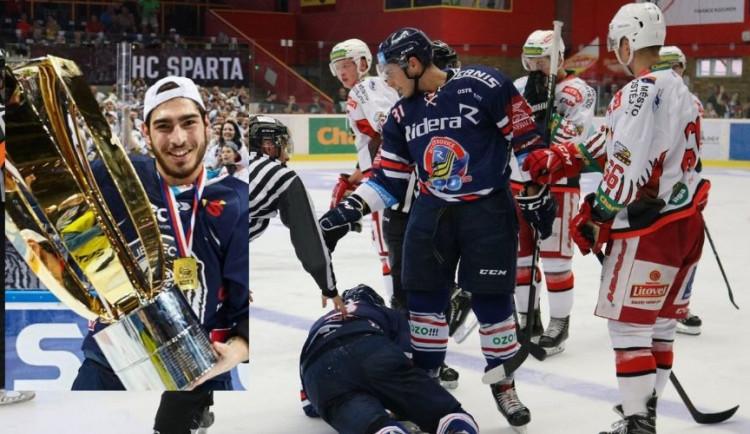 """Prostějovští fanoušci křičeli """"Cigáne!"""" Vítkovičtí hokejisté na protest opustili led"""