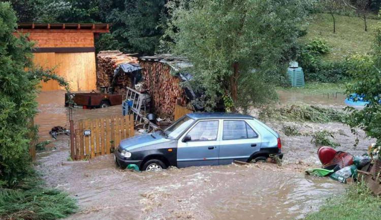 FOTO/VIDEO: Silná bouřka způsobila lokální záplavy, voda odplavovala zaparkovaná auta