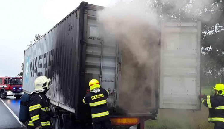 FOTO: Mezi Šternberkem a Bruntálem hořel návěs kamionu
