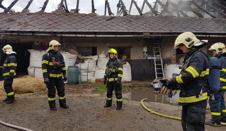 VIDEO: Hasiči likvidovali požár hospodářské budovy v Třebčíně