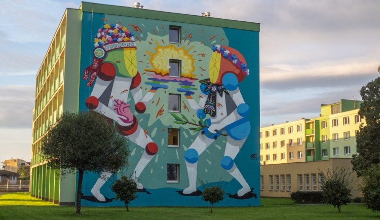 FOTO: V areálu vysokoškolských kolejí vznikly v rámci Street Art Festivalu dva sedmnáctimetrové muraly
