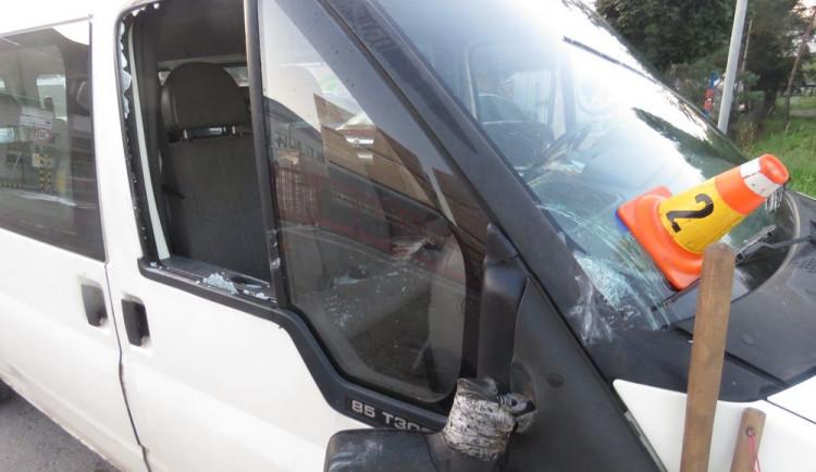 Řidič náklaďáku otevřel dveře, když ho objížděla dodávka. Výsledkem je škoda na obou autech