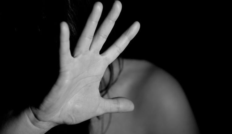 Muž před barem napadl ženu, na zemi ji držel za ruce, bil pěstmi do obličeje a tahal za vlasy