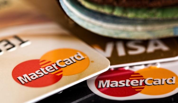 Od pátku platí zvýšená bezpečnost pro placení platebními kartami. Co to znamená v praxi?