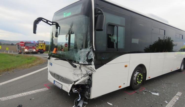 Senior vjel do křižovatky v době, kdy projížděl autobus. Řidič auta byl po srážce zaklíněn s vážným zraněním