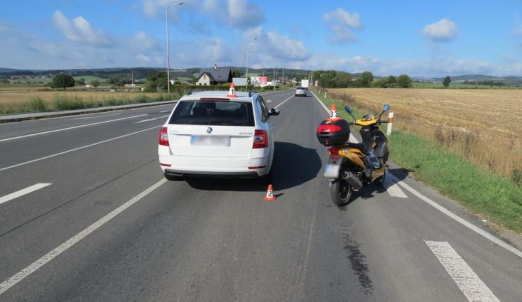 Opilý řidič skútru naboural do řidiče, který snížil rychlost kvůli tvořící se koloně