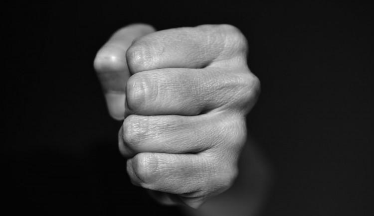 Opilý agresor zaútočil na mladšího muže pěstmi do obličeje. Šlo o pohřešovanou osobu