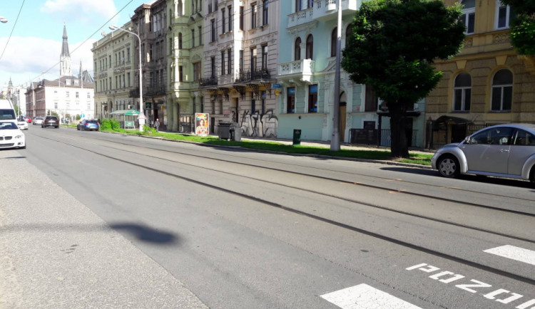 Masarykovu třídu dnes ráno uzavřela nehoda, při které tramvaj srazila nezletilou chodkyni