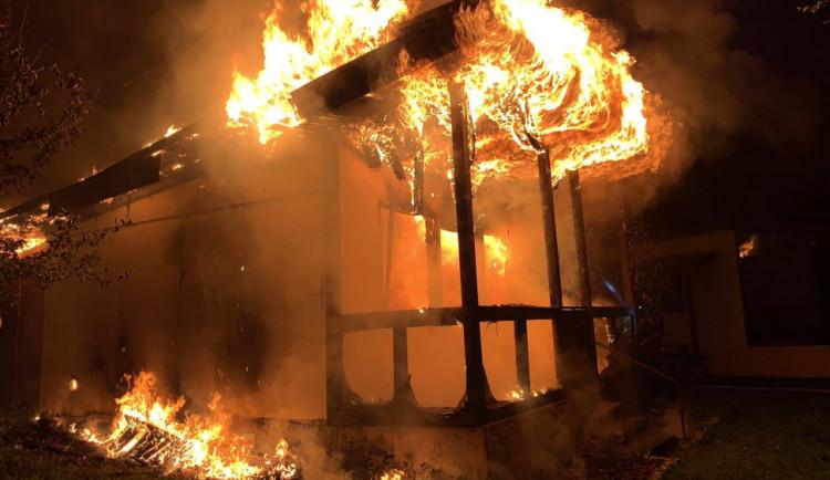VIDEO: Hasiči zasahovali u požáru dřevěné chatky na Olomoucku