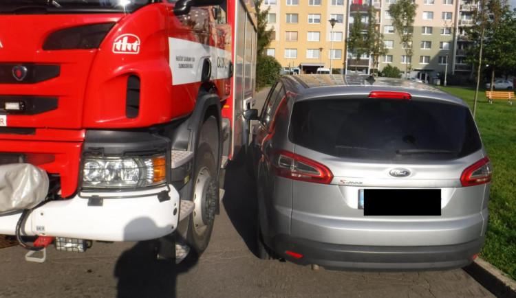 FOTO/VIDEO: Hasiči v Olomouckém kraji kontrolovali průjezdnost silnic. Narazili na auta zaparkovaná v zatáčkách i u žlutého značení