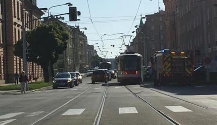 Na kolejích na Masarykově třídě se dnes ráno srazila dvě auta. Provoz tam byl pozastaven