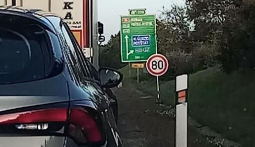 Na dálnici D35 dnes večer došlo ke srážce osobního auta s motorkářem