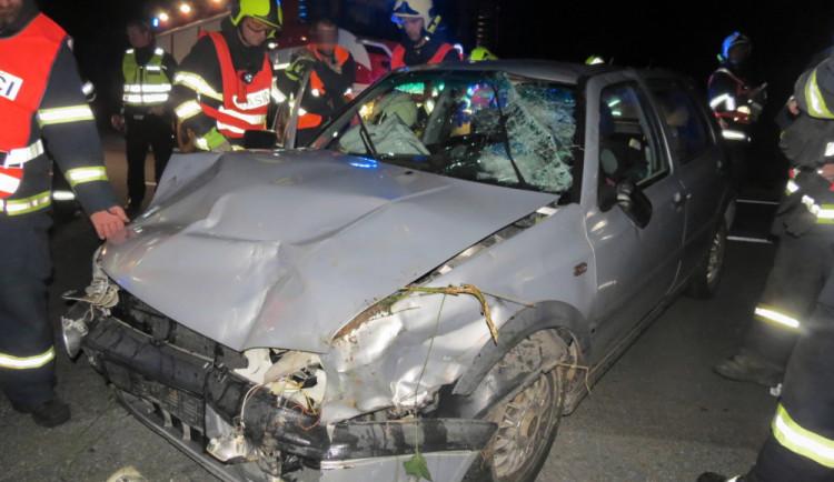 Senior si nevšiml auta na hlavní silnici. On i nezletilá spolujezdkyně z druhého auta skončili v nemocnici
