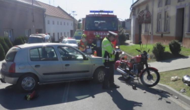 Muž vyjížděl ze dvora na silnici a přehlédl motorkáře. Ten skončil se zraněním v nemocnici
