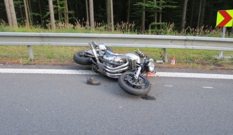 Motorkář dostal v zatáčce smyk a narazil do svodidel. Na místě zemřel