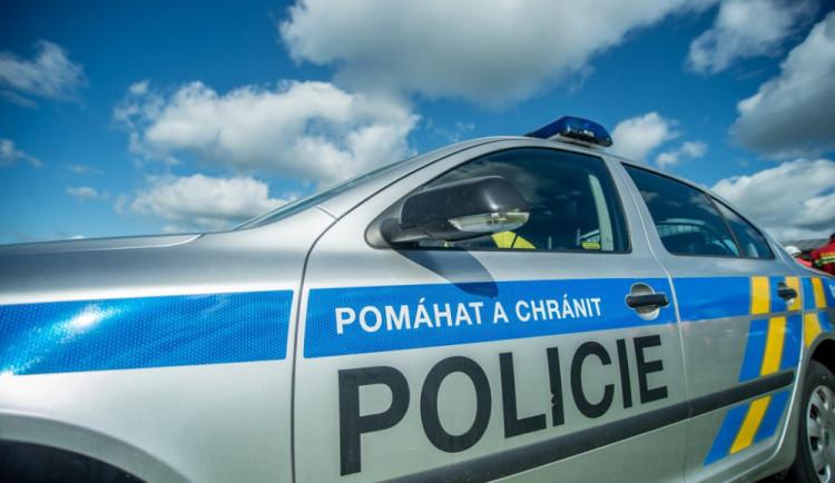 Nehoda dvou dodávek a motorkáře přerušila provoz. Policisté řídili dopravu