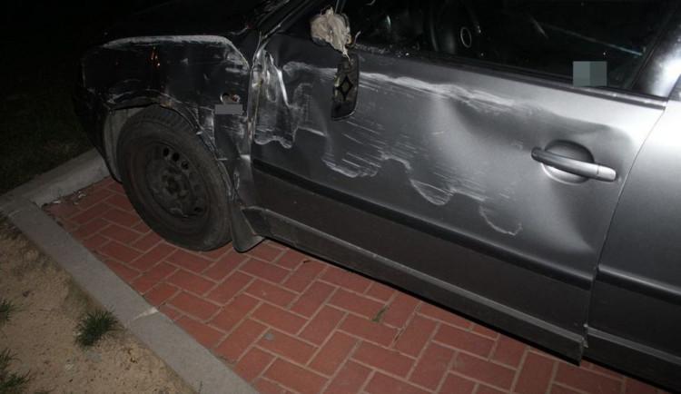 Opilá řidička nabourala do betonového sloupu, ale v jízdě pokračovala dál. Za pár set metrů jí však došlo palivo