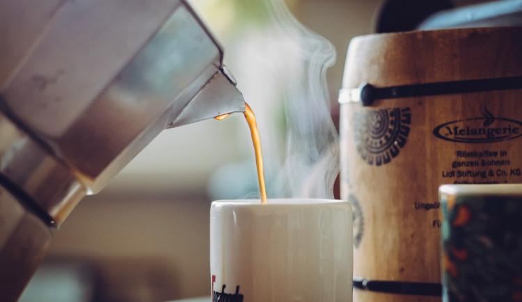 Silně opilý muž napadal zákazníky na předzahrádce kavárny u Šantovky. Jednomu z nich vylil kávu