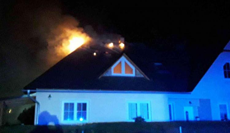 V noci na dnešek hořel rodinný dům. Vznikla škoda za dva miliony korun