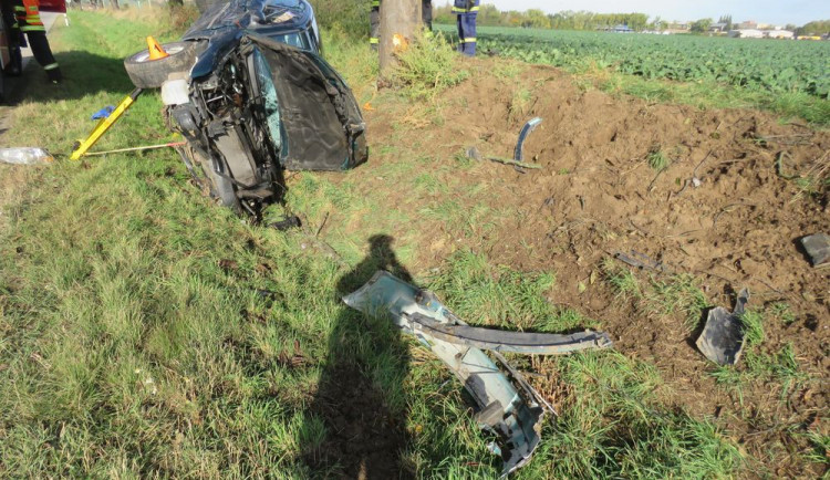 Řidič nerespektoval značku zákazu předjíždění, po střetu s autem skončil se svým zdemolovaným vozem v příkopu