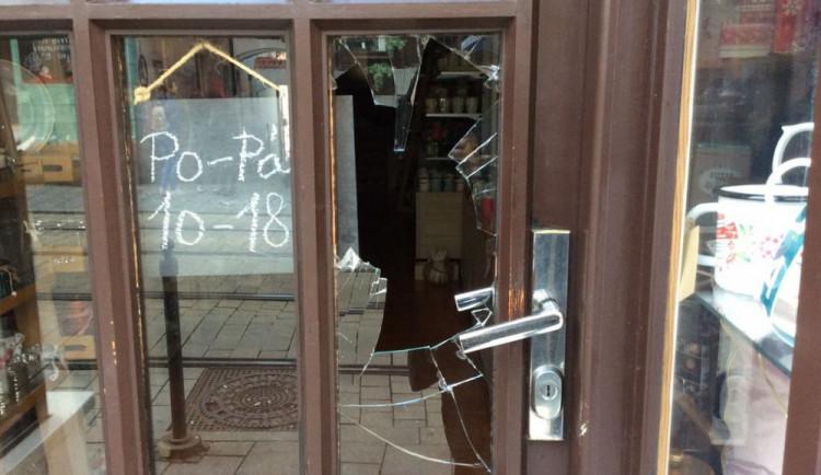Vandal rozbil dveře prodejny v Denisově ulici. Nic si z ní ale neodnesl