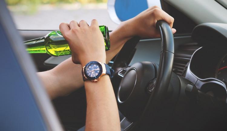 Dva namol opilé řidiče zastavili policisté na Olomoucku. Oběma zadrželi řidičský průkaz