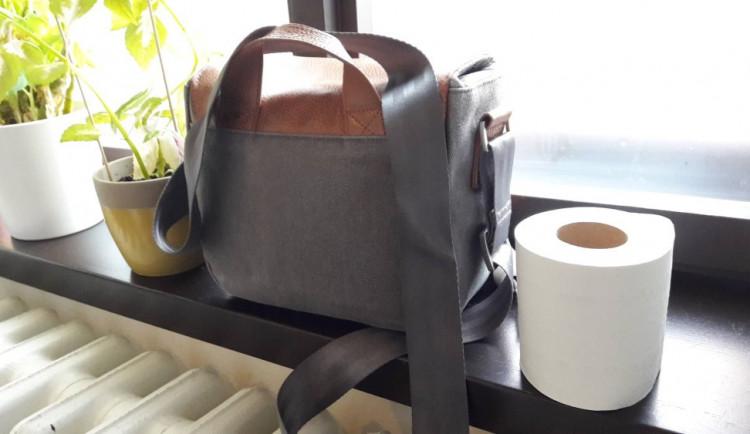 Senior si zapomněl tašku s osobními věcmi na WC. Když se po chvíli vrátil, byla taška pryč
